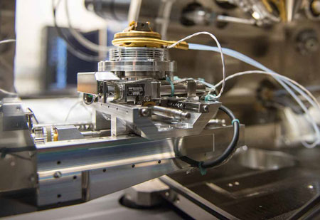 dual-beam microscope with an adaptation for use at cryogenic temperatures