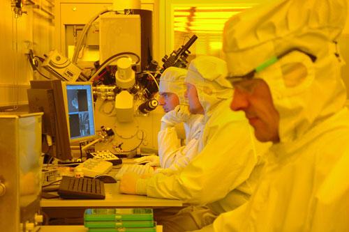 Im Reinraum des Kieler Nanolabors