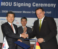 Dr. Kyoung-Hoan Na (left) from KITECH and Dr. Uwe Kleinkes (right) from IVAM seal the cooperation by handshake