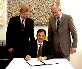 Sergio Piras (middle), Senior Vice President of Varian Inc. and Managing Director of Varian Vacuum Technologies, signs the contract together with Dr. Dirk Stenkamp (left), Member of the Board at Carl Zeiss SMT, and Peter Schlindwein, Director of Supply Chain Management at Carl Zeiss SMT.