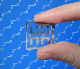 The NIST flexible memory chip consists of a polymer sheet topped with two electrical contacts separated by a layer of titanium dioxide gel