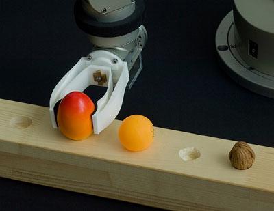 Aus intelligenten, nachgiebigen Materialsystemen lassen sich preiswerte Werkzeuge herstellen. Der Greifarm dieses Roboters ist aus einem Guss gefertigt.