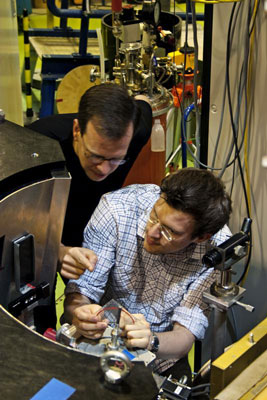 Bastian Klemke and Jonathan Morris at instrument E2 of the Research-Reactor at HZB in Berlin