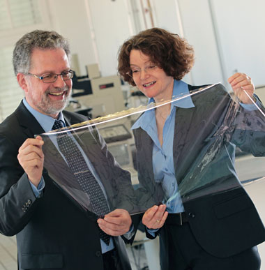 >Dr. Sabine Amberg-Schwab and Dr. Klaus Noller with a specially coated polymer film that is ideally suited for encapsulating inorganic solar cells