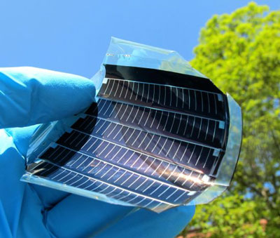 Fully monolithically integrated flexible solar module