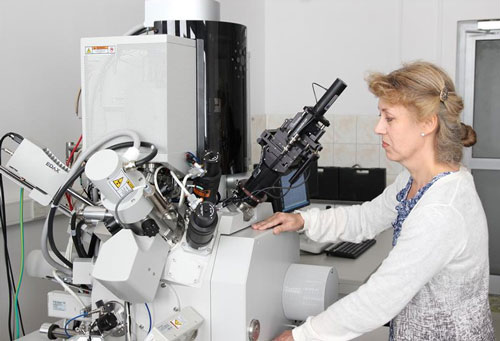 Jolanta Borysiuk during the venting of the focused gallium ion beam milling equipment