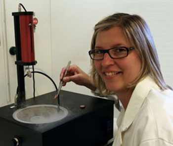 Ingela Lanekoff with a cell sample in the new sample holder