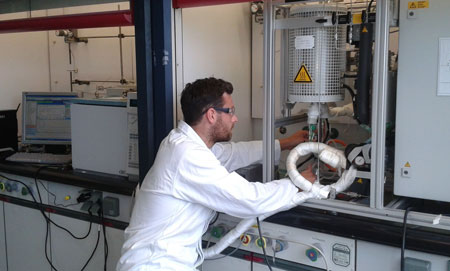 Doctoral candidate Elias Frei controls the temperature in the reactor of the catalyst test device