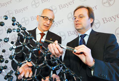 Dr. Wolfgang Plischke, the Board member responsible for research, and Thomas Rachel, Parliamentary State Secretary at the Federal Ministry of Education and Research (BMBF), with a model and a sample of carbon nanotubes.